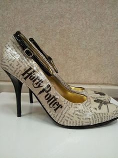 Harry Potter heels - the book nerd in me wants these bad! Objet Harry Potter, Theme Harry Potter, Harry Potter Wedding, Harry Potter Love, Crazy Shoes, Me Too Shoes, Women's Shoes, Mode Geek, Mischief Managed