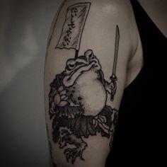 Frog Samurai tattoo by Gotch Tattoo Frog Tattoos, Weird Tattoos, Great Tattoos, Finger Tattoos, Hand Tattoos, Frog Art, Samurai Tattoo, Samurai Warrior, Irezumi