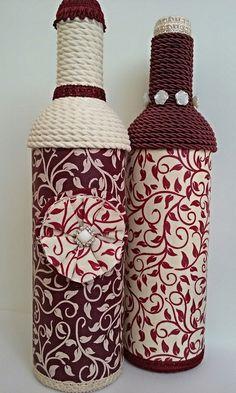 Kit com 2 garrafas decoradas.   Garrafa de vidro, pintada e decorada com tecido e tira bordada.   Pronta entrega. Wrapped Wine Bottles, Wine Bottle Vases, Diy Bottle, Wine Bottle Crafts, Bottle Art, Fall Crafts, Home Crafts, Handmade Crafts, Diy And Crafts