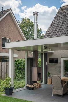 Moderne overkapping met zijwand glas Moderner Baldachin mit Glasseitenwand Modern canopy with side wall glass Modern canopy with glass side … Diy Fire Pit, Fire Pit Backyard, Canopy Outdoor, Outdoor Seating, Outdoor Spaces, Modern Outdoor Fireplace, Outdoor Living, Gazebo, Side Wall