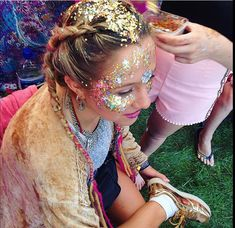 Music Festival Glitter Make Up 67 Best Ideas Glitter Mode, Glitter Roots, Glitter Make Up, Glitter Party, Gold Glitter, Glittery Nails, Glitter Gel, Festival Looks, Festival Make Up
