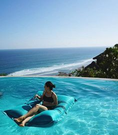 If you're looking for a day trip to do, Karma Kandara is only a 35-40 min drive from Seminyak.. Perfect for this looking for white sand and crystal clear water ☀️ @karmabeachclubs via @glendagumulya #uluwatu #pecatu #thebalibible #mybalibible #bali #mondays #beachclubbingit