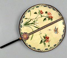 Traditional Chinese silk fan Hand Held Fan, Hand Fans, Chinese Hairpin, Chinese Fans, Old Fan, Chinese Embroidery, Traditional Chinese, Beautiful Hands, Hair Pins