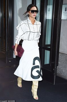Victoria Beckham shows off style credentials in a chic white blouse - - Victoria Beckham dons a chic white blouse and midi-skirt as she steps out in New York Source by Victoria Beckham Outfits, Victoria Beckham Diet, Victoria Beckham Wedding Dress, Victoria Beckham Short Hair, David Und Victoria Beckham, Victoria And David, David Beckham, Famous Wedding Dresses, Victoria Fashion