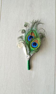 Groene ivoor Feather Peacock Corsages Het is een prachtige vintage geïnspireerde veer corsages. Het is kleine Struisvogel veren, hand gekrulde groene natuurlijke peacock feather en ivoor feather accent gemaakt! De corsages is versiering met fonkelende Strass-knop. U kunt de keuze Feather Boutonniere, Feather Bouquet, Groom Boutonniere, Feather Art, Peacock Feathers, Ostrich Feathers, Rustic Wedding Photos, Rustic Wedding Dresses, Colored Wedding Dresses