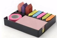 Sticky y notes es un organizador de notas adhesidvas. El set viene con un block de notas, una cinta y nueve sticks marca hojas de colores ($159, Morph).