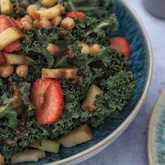 Kale-Salat mit Erdbeeren und Nektarinen. Hummus, Savoury Dishes, Food Styling, Sweet Tooth, Food Photography, Vegan Recipes, Sweets, Smile, Fruit