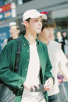 ♡ incheon airport (to jakarta) l'eau d'hiver // do not edit or remove watermark. Korean Men, Korean Actors, Park Bo Gum Wallpaper, Kim You Jung, Park Go Bum, Actor Model, Celebs, Celebrities, Cute Guys