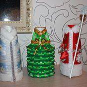 Купить или заказать 'Новогодняя одежда' (декорирование) в интернет-магазине на Ярмарке Мастеров. 'Одежда' на шампанское символизирующее Деда Мороза и Снегурочку. Шампанское в такой 'одежде' можно принести в гости как самостоятельный подарок к новогоднему столу. Так же можно украсить свой новогодний стол, преобразив скучные бутылки в яркие, незабываемые образы. Данное изделие можно выполнить в любом цвете, по желанию заказчика. Срок изготовления 2 дня. Цена указана за пару.