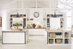 Riverdale keuken   houten producten met een witte, naturel of zwarte finish   deuren met zichtbare houtnerf    hartje als greep   open vakkenkast   keukenaccessoires   koolschijn.nl