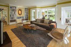 table basse en bois brut et tapis moelleux marron dans le salon