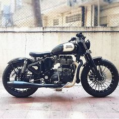 Royal Enfield Classic 350 'Brat Bobber' by Customs – About Cafe Racers Royal Enfield Bullet, Royal Enfield Logo, Enfield Motorcycle, Enfield Bike, Royal Enfield India, Futuristic Motorcycle, Motorcycle Style, Women Motorcycle, Motorcycle Helmets