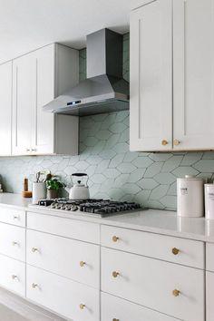 Piastrelle irregolari per una cucina ispirata alla natura