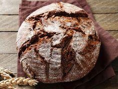 Wie Sie ein leckeres Brot ganz einfach im Topf backen können, zeigen wir Ihnen in dieser Rezeptidee. Das Brot ist herrlich weich und mit goldbrauner Kruste.