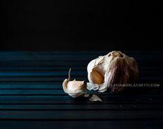 Dark garlic food photography kitchen decor by FlaviaMorlachetti