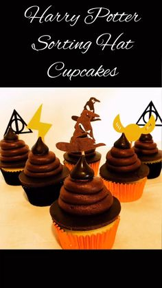 Potter Sorting Hat Cupcakes Sort your Harry Potter party into their Hogwarts houses with these color-filled Sorting Hat cupcakes! Sort your Harry Potter party into their Hogwarts houses with these color-filled Sorting Hat cupcakes! Harry Potter Snacks, Harry Potter Cupcakes, Natal Do Harry Potter, Harry Potter Motto Party, Gateau Harry Potter, Décoration Harry Potter, Harry Potter Halloween Party, Harry Potter Sorting Hat, Harry Potter Birthday Cake