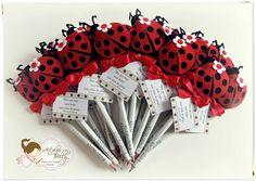 Lápis lembrancinha. Lady Bug, Festa Lady Bag, Pen Toppers, Pencil Crafts, Flower Pens, Pens And Pencils, Princess Party, Wedding Favors, Embellishments