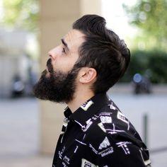 ¿Bálsamo para barba o aceite para barba?  Son muchas las consultas que recibimos sobre si deberíais usar aceite o bálsamo para barba. Aunque mucha gente los confunde, y piensa que son lo mismo, o sirven para lo mismo, lo cierto es que no es así. El bálsamo para barba es una pomada
