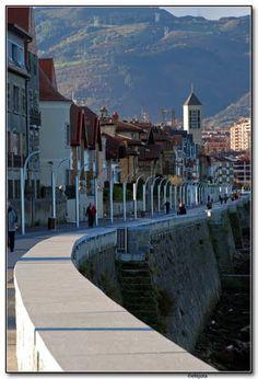 Bizkaia, Getxo, Muelle de Las Arenas. Recuerdos de infania: ir subida por el murito de la mano de mi padre.