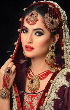 indian bridal bridal makeup and indian bridal clothes Asian Bridal Makeup, Bridal Makeup Looks, Bridal Beauty, Wedding Makeup, Bride Makeup, Moda Indiana, South Asian Bride, Beauty And Fashion, Braut Make-up