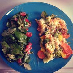 #Lunch : Überbackene Vollkorn-Dinkelnudeln mit Brokkoli,Möhren und Paprika, dazu Feldsalat mit Tomaten und Gurke im Kräuter-Olivenöldressing