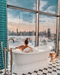 The Williamsburg Hotel – Tara Milk Tea Apartamento New York, Williamsburg Hotel, Williamsburg Brooklyn, Tara Milk Tea, Dream Bath, How To Pose, New York Travel, Dream Vacations, Best Hotels