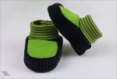 Bis zu den ersten Schritten ist es zwar noch eine Weile hin, Socken reichen aber auch nicht immer aus? Was also tun, wenn festes Schuhwerk noch weit entfernt ist, Du die zuckersüßen Füßchen von Deinem kleinen Knirps aber...