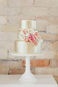 Χρυσή γαμήλια τούρτα με φυσικό ανθοστολισμό. www.lovetale.gr