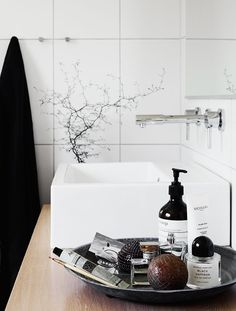 Enkla badrumstips! Add Simplicity  Samla dina små stilleben på en bricka. Enkelt att flytta och ett bra sätt att förvara dina småpryttlar utan att vara rädd för att det ska ramla ner i handfatet eller på golvet.