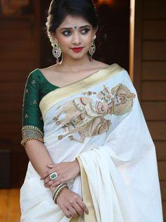 The blouse and the saree is Point on. Best Indian Sari Click VISIT link above for more options Kerala Saree Blouse Designs, Saree Blouse Neck Designs, Saree Blouse Patterns, Indian Beauty Saree, Indian Sarees, Onam Saree, Handloom Saree, Kasavu Saree, Kolkata