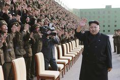 Líder de Corea del Norte, Kim Jong Un asiste a una sesión de fotos con los participantes de una reunión de Popular de Corea del Ejército (EPC) en esta foto sin fecha difundida por la Agencia de Corea del Norte Central de Noticias Coreana