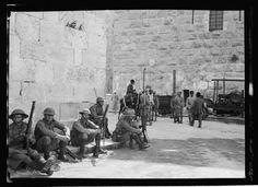 القوات البريطانية تقف عند بوابة يافا خلال الثورة البراق القدس، فلسطين ١٩٢٩  British forces stand at the Gaye of Jaffa the Buraq revolution Jerusalem, Palestine 1929  Las fuerzas británicas se sitúan en el Puerto de Jaffa de la revolución Buraq Jerusalén, Palestina 1929