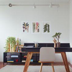 trabalhar em casa é uma delícia,  mas sempre pode ficar melhor... ♥ nesse home office, reunimos dicas de decoração e bem-estar: plantas, tapete quentinho,  luminária de trilho e caixotes pra organizar. lindo! #homeoffice #decoração #todacasatemumahistoria #caixotes