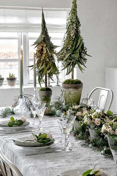 For e true Nordic Christmas table setting use white and and decorative elements from nature such as spruce, pinecones and eucalyptus. Natural Christmas, Simple Christmas, Winter Christmas, Christmas Time, Christmas Crafts, Scandinavian Christmas, Rustic Christmas, Decoration Table, Xmas Decorations