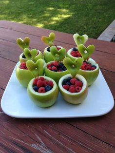 Gevulde appeltractatie. Bovenkant van de appel afsnijden, appel uithollen met bijv ijslepeltje, vullen met fruit. Het dakje van de appel met een steekvormpje uitsteken. Op een prikker steken en tussen het fruit arrangeren.