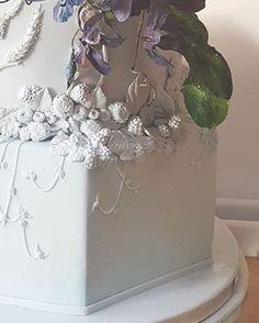 An autumnal design with brambles.  #details #sugarhigh #instadesign #weddingcake #cakesbykrishanthi #instafood #artisan #baking