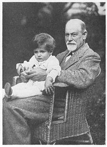 La teoría que nos propone Freud para entender el juego de un niño es la denominada teoría traumática. Es decir, que el niño al jugar elabora situaciones dolorosas, que son inadmisibles para el yo. El chico mientras juega también canaliza tendencias, por lo cual un niño que juega, reprime menos.