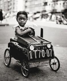 Fred Stein fue un fotógrafo, nacido en 1909. Es considerado como uno de los primeros fotógrafos callejeros de las ciudades de Pa...