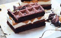Opskrift på chokoladewaffel-sandwich med is og karamel