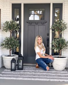 Front Porch Plants, Small Front Porches, Front Door Design, Front Door Decor, Front Doors, Stone Planters, Door Entryway, House Front, Porch Decorating