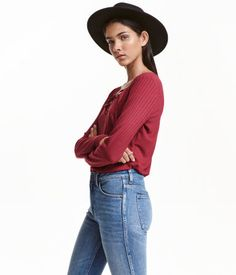Dark red. Fitted, soft rib-knit top with long sleeves. V-neck with lacing.