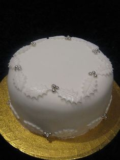 White & Silver Holly Round Christmas Cake Round traditional christmas cake cover… Gâteau de Noël rond houx blanc et argent … Mini Christmas Cakes, Christmas Cake Designs, Christmas Cake Decorations, Holiday Cakes, Noel Christmas, Christmas Desserts, Christmas Treats, Xmas Cakes, Christmas Cover