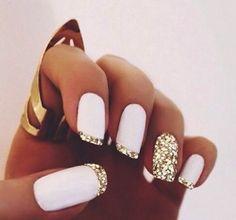 Nail art bianco gesso con glitter oro