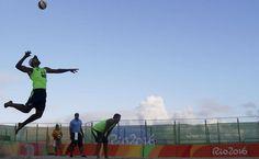 O jogador mexicano Juan Ramon Virgen, à esquerda, saca em jogo contra a Tunísia, ao lado de seu companheiro Rodolfo Ontiveros, durante a partida de vôlei de praia, nos Jogos Olímpicos Rio 2016, em Copacabana
