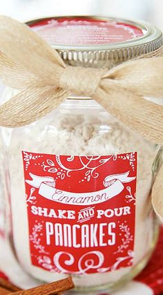 Homemade Pancake Mix in a Jar Great Handmade Gift Idea! Cinnamon Shake & Pour Pancake Mix In A Jar. Homemade pancake mix in a jar is great for a gift basket. Add gourmet flavored syrups, towel, wooden spoons, and wire whisk for a complete gift. Pot Mason, Mason Jar Crafts, Mason Jar Diy, Christmas Jars, Christmas Baking, Christmas Gifts, Christmas Morning, Christmas 2019, Homemade Dry Mixes