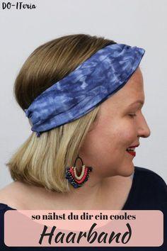 Auf einem einfärbig gebatikten Stoff habe ich mir ein super easy Haarband genäht. Wie das Färben und das Nähen geht, zeige ich dir step-by-step am DO-ITeria BLog  #haarband #nähen #batiken #textilienfärben #einfärbigbatiken Shibori, Batik, Diy Blog, Super, German, Illustration, Easy, Fashion, Dyeing Fabric