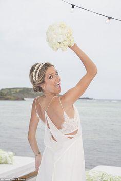 Destination wedding: Helena Bordon e Humberto Meireles Valentino Bridal, Valentino Gowns, Gold Wedding Theme, Chic Wedding, Dream Wedding, Wedding Ceremony, Simple Wedding Gowns, Wedding Dresses, Wedding Ideias