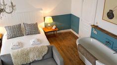 Chambre d'hôte Le Trésor (Sonnac-sur-l'Hers) : parquet blond, murs bleu et crème, sofa gris, baignoire, cosy & clean