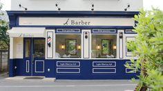 玉川上水に沿って生い茂る緑が瑞々しい上水桜通りで、まもなく100年目を迎える老舗理容室 i Barber 。地元の方々にリニューアルを感じさせつつも、これまでと変わらず馴染み愛されることをコンセプトに、クラシカルで落ち着きのある古い英国理容室風をベースにデザインしました。 Party Stores, Barber Shop, Exterior, Drink, Architecture, Shopping, Design, Barbershop, Lounges