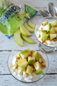 These simple caramel apple parfaits need only 4 ingredients and are perfect for a healthy snack or breakfast that kids can easily assemble themselves! Vegetarian Breakfast, Healthy Breakfast Recipes, Snack Recipes, Healthy Recipes, Foil Packet Meals, Foil Packets, Healthy Appetizers, Healthy Treats, Shrimp Boil Foil